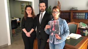 Las dos hijas de Francisco Soto, una con la foto de su padre, acompañadas por el abogado Alfredo Najas de la Cruz