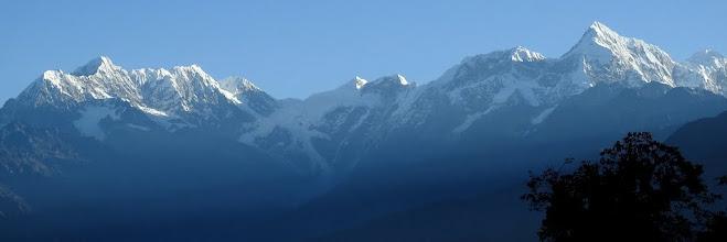 Photo: Lever de soleil sur les montagnes du Rolwaling et le Numbur depuis Ningali