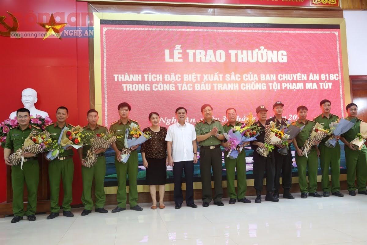 Đồng chí Thái Thanh Quý, Chủ tịch UBND tỉnh chúc mừng, biểu dương và trao thưởng                        cho Ban chuyên án 918C