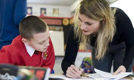 Cúi nhẹ người bằng với học sinh có thể giúp các em cởi mở hơn.