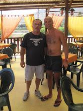 Photo: Danilo con il simpatico proprietario del chioschetto che ci ha servito un pranzo casereccio, apprezzato!