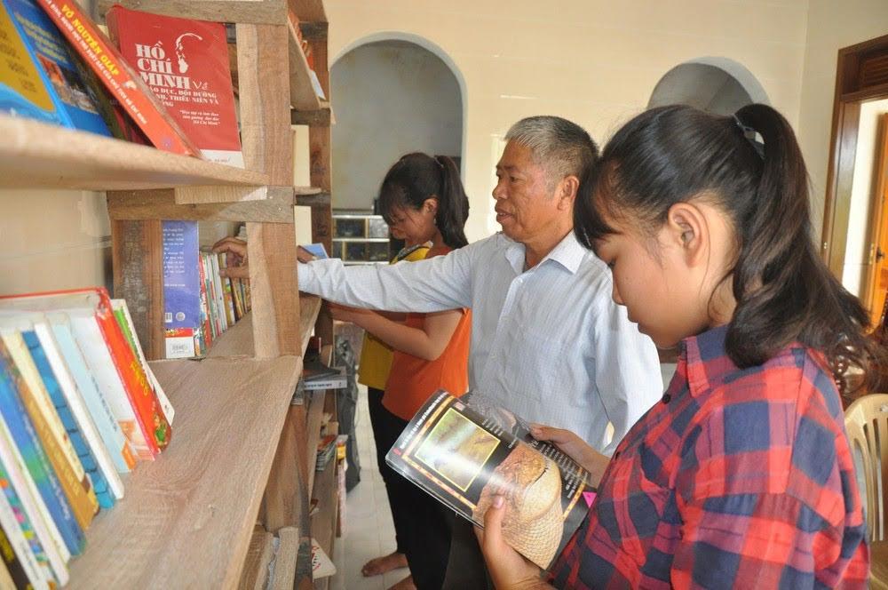 Ông Nguyễn Đình Thọ hướng dẫn học sinh tìm đọc sách phù hợp