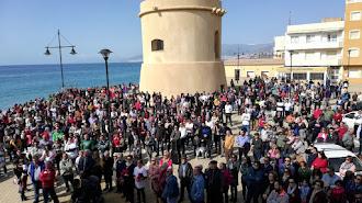 Vecinos concentrados en el paseo marítimo junto a la torre de Balerma.