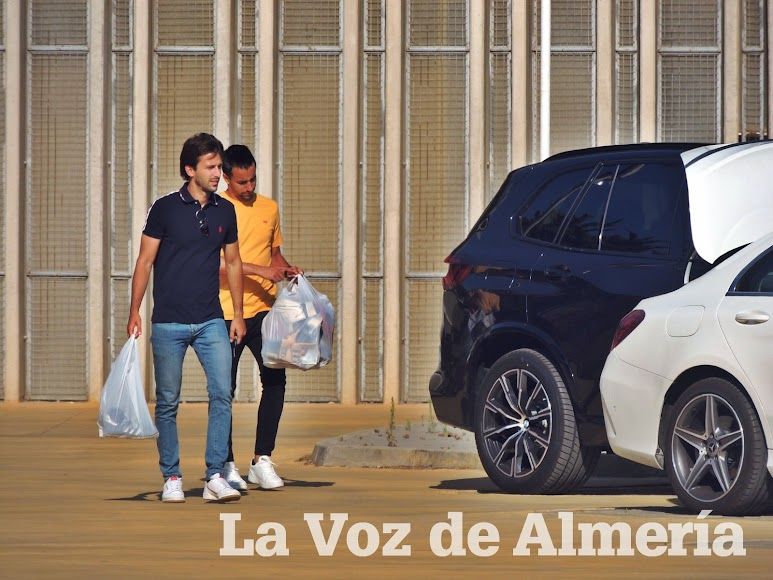 Javi Agenjo y Borja Álvarez recogiendo el material.