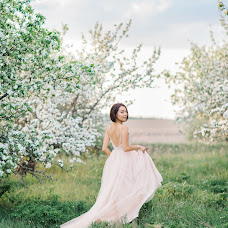 Wedding photographer Viktoriya Antropova (happyhappy). Photo of 11.05.2018
