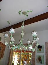 """Photo: Lustre em ferro. Xícaras são as """"tulipas"""" para as lâmpadas. http://celiamartins.blogspot.com/"""
