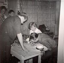 Photo: De trouwakte wordt ondertekend door Seichien Oosting en Hennie Mennega Azn. Links Hendrik Jan Zandvoort, op de achtergrond Bertha Rijnberg en Peter uit Berlijn. De bijnamen van het bruidspaar waren S.O.Spekman en H. Semenne.