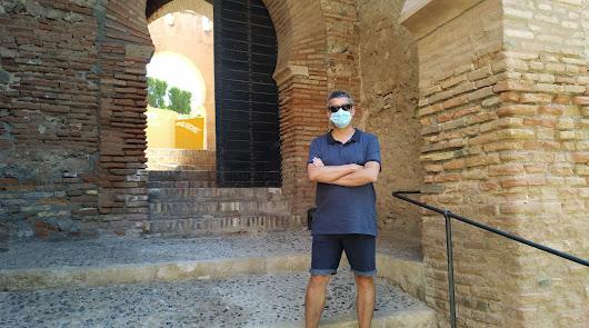 Arturo del Pino junto a la Puerta de la Justicia
