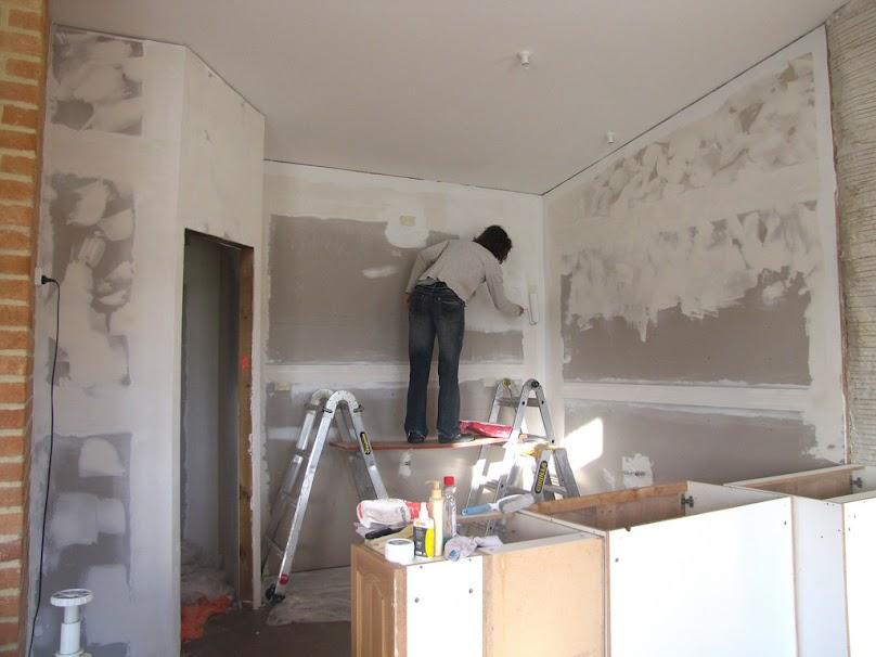Gruntowanie ściany przed malowaniem