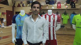 Mario Silva en la tienda del Almería que tiene el club en el Estadio.