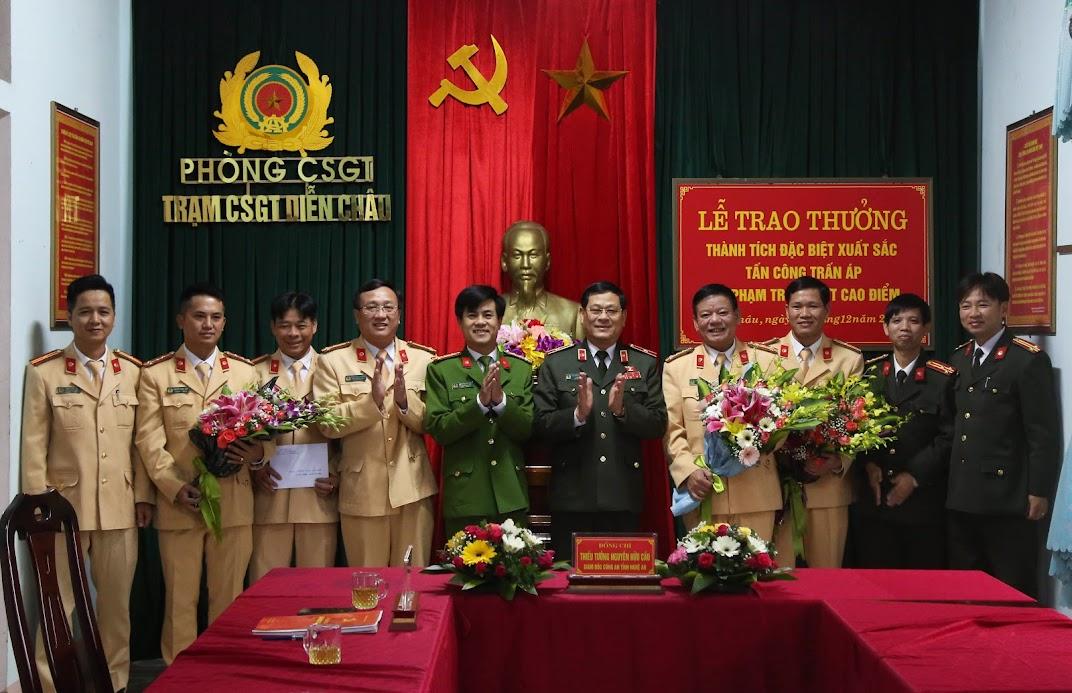Thiếu tướng Nguyễn Hữu Cầu, Giám đốc Công an tỉnh tặng hoa, trao thưởng cho Trạm CSGT Diễn Châu