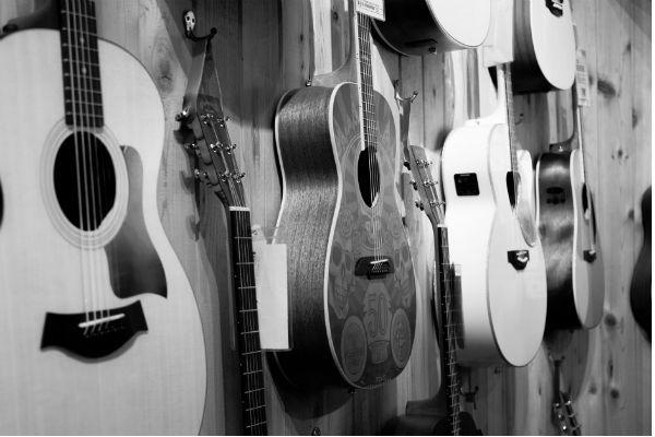 Tienda de instrumentos exhibiendo las guitarras acústicas en la vitrina