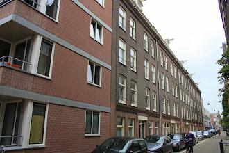 Photo: Door partikulier J.W. Meyer gebouwd blok met 40 arbeiderswoningen uit 1880 aan de Grote Bickersstraat. Nu in beheer bij Ymere. Op de voor- en achtergrond recent gerenoveerde sociale huurwoningen uit 1982 van De Key.