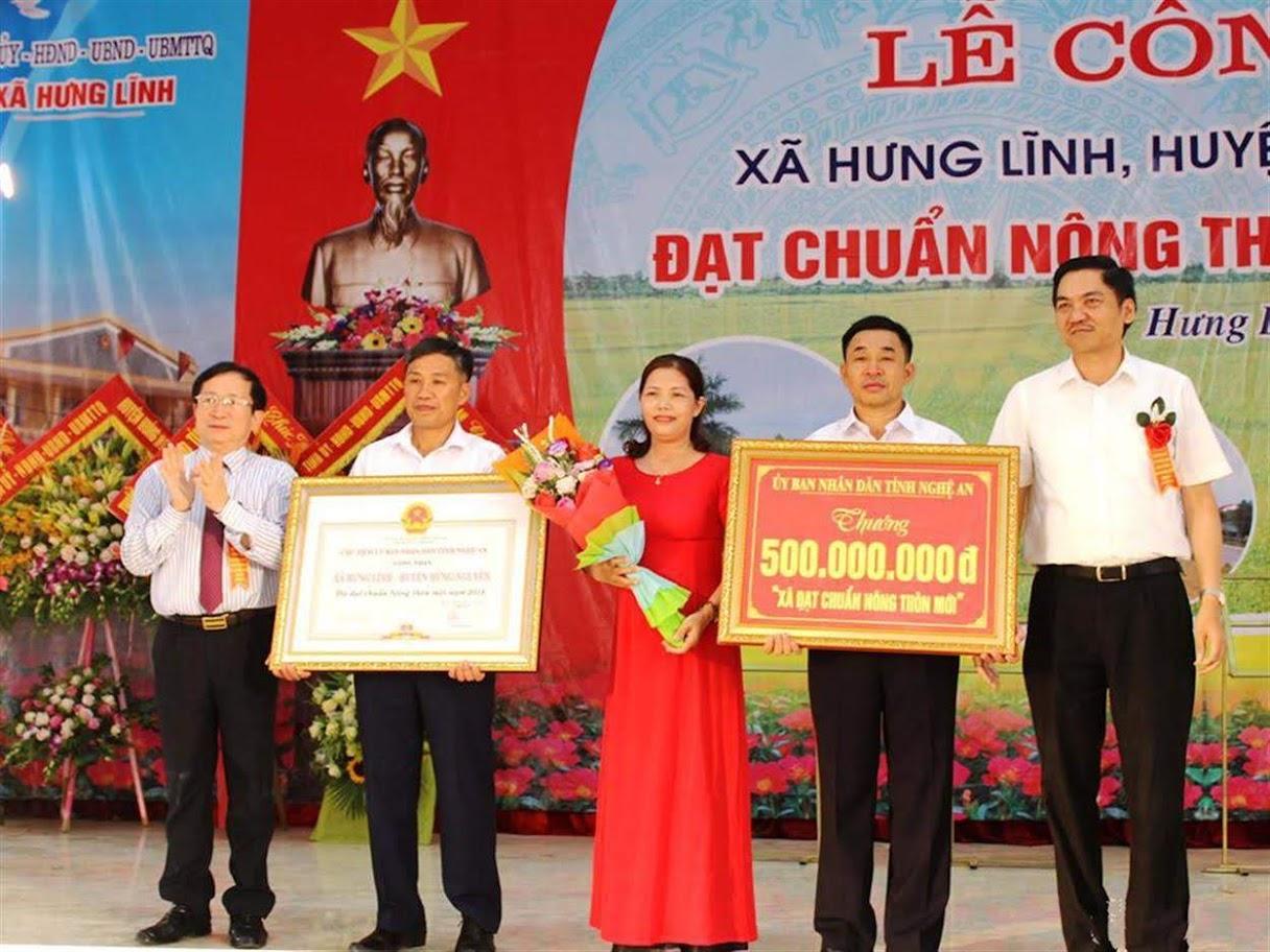 Đồng chí Đinh Viết Hồng, Phó Chủ tịch UBND tỉnh trao Bằng khen và phần thưởng  đạt chuẩn nông thôn mới của UBND tỉnh cho Đảng bộ và nhân dân xã Hưng Lĩnh, huyện Hưng Nguyên