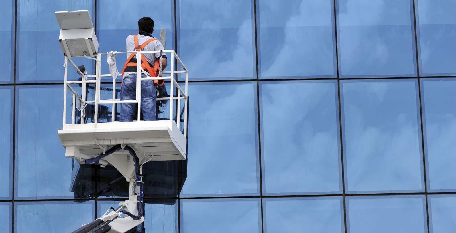 Vệ sinh kính tòa nhà cao tầng như thế nào cho hiệu quả | Tâm Việt