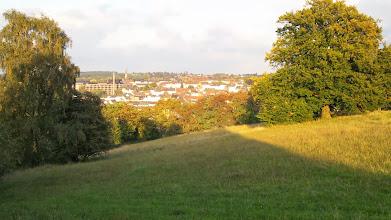 Photo: Blick vom Postkopf nach Altenhagen, Drerup-Viertel und Emst. Links hinter dem hohen Schornstein ist das Josefshospital erkennbar, in dessen älterem Trakt ich geboren wurde.