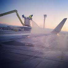 Photo: En #Montreal todo listo para partir, pero antes a eliminar el hielo de las alas