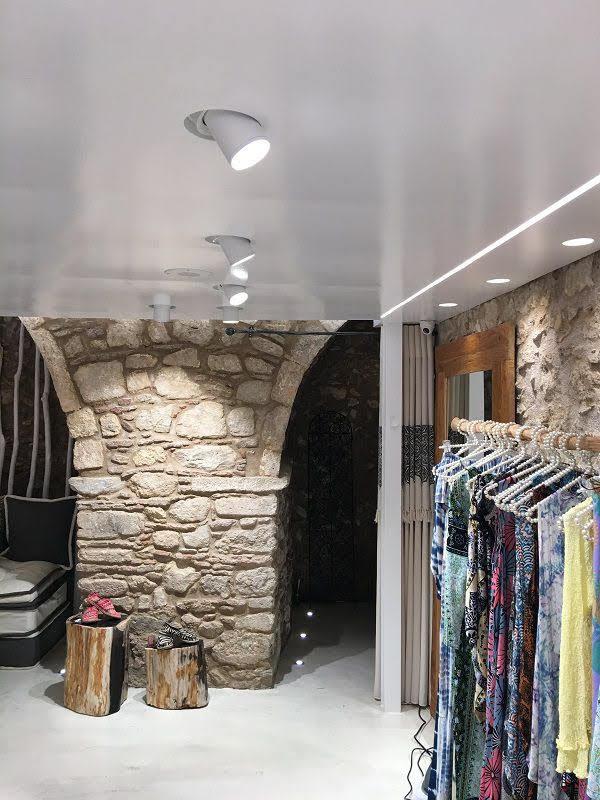 cửa hàng quần áo lạ mắt