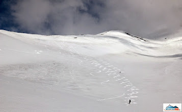 Photo: Different approaches to ski Avachinsky's slopes - from left extra long turns by Roman, long turns in the middle by Pazout, full trace of short turns by palic, synchronize short turns by Marta, and Katka still in the middle of the slope.