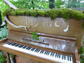 Photo: Das Klavier im Wald, Play me, I am yours, inspiriert von Luke Jarram, public social art, www.streetpianos.com Land Art Klavier von Mirko Siakkou-Flodin