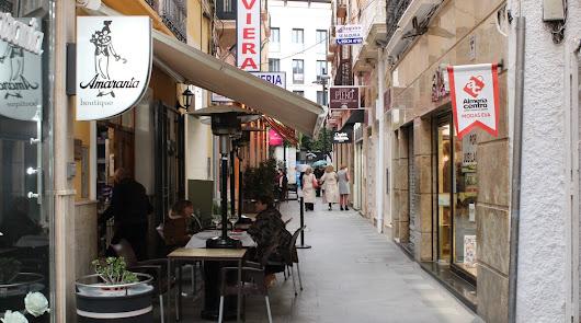 Una calle comercial de Almería ciudad.