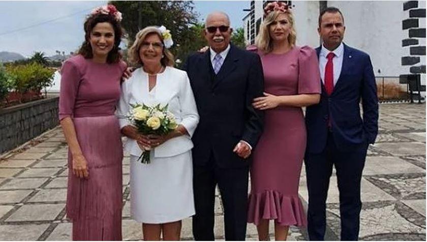 Toni Acosta y su hermana en la celebración de las bodas de oro de sus padres con diseños de Loreto Martínez.