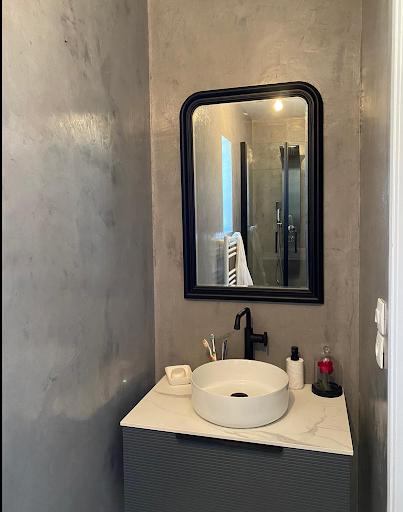 mur salle de bain en béton ciré