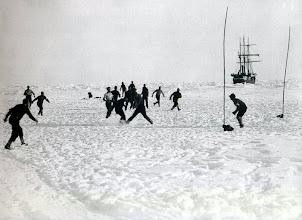 Photo: jugando al fútbol sobre el hielo; los equipos estaban formados por la guarda de babor contra la de estribor.