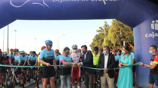 500 ciclistas recorren 118 kilómetros como homenaje a los sanitarios