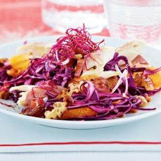 Orangen-Rotkohl-Salat mit Datteln und Räucherforelle