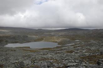 Kuva: keskimmäinen Nassagopejavri, matka jatkui järven eteläreunassa näkyvää kapeikkoa kohti