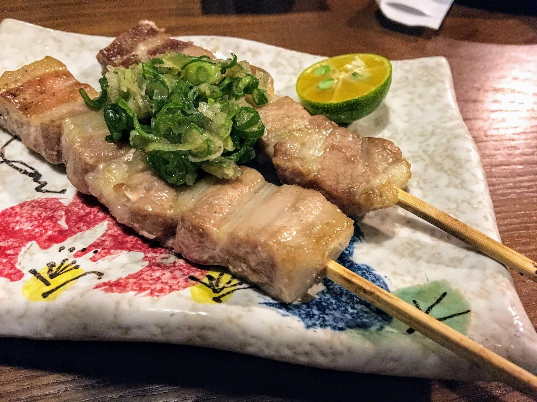 鹽蔥豬五花,五花肉的肉頗軟嫩的,上頭的鹽蔥鹹鹹的很對味...