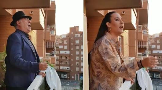 Antonio García \'Niño de las Cuevas\' y Ana Mar, cantando saetas desde su balcón.