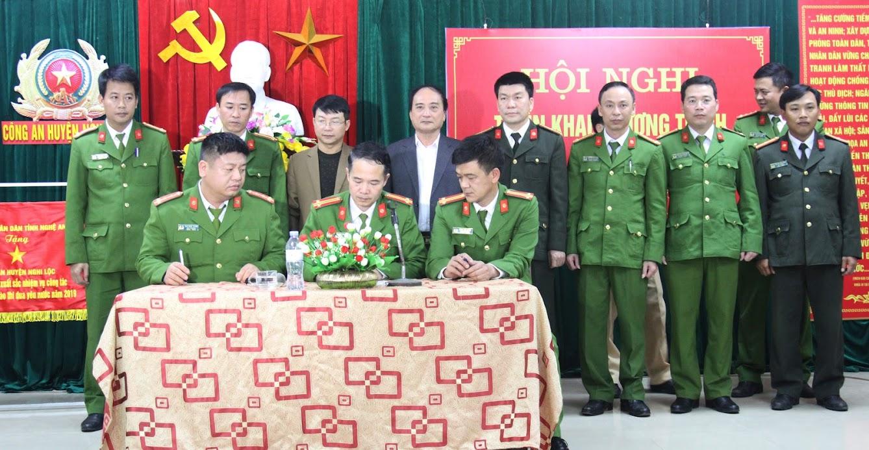 Đại diện các đội nghiệp vụ, đoàn thể ký giao ước thi đua