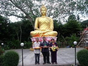 Photo: วันที่ 13 มีนาคม  2554 ที่วัดลำภูรา อำเภอห้วยยอด จ.ตรัง (คนกลาง) ผู้มารายงานตัวสมัครบวช
