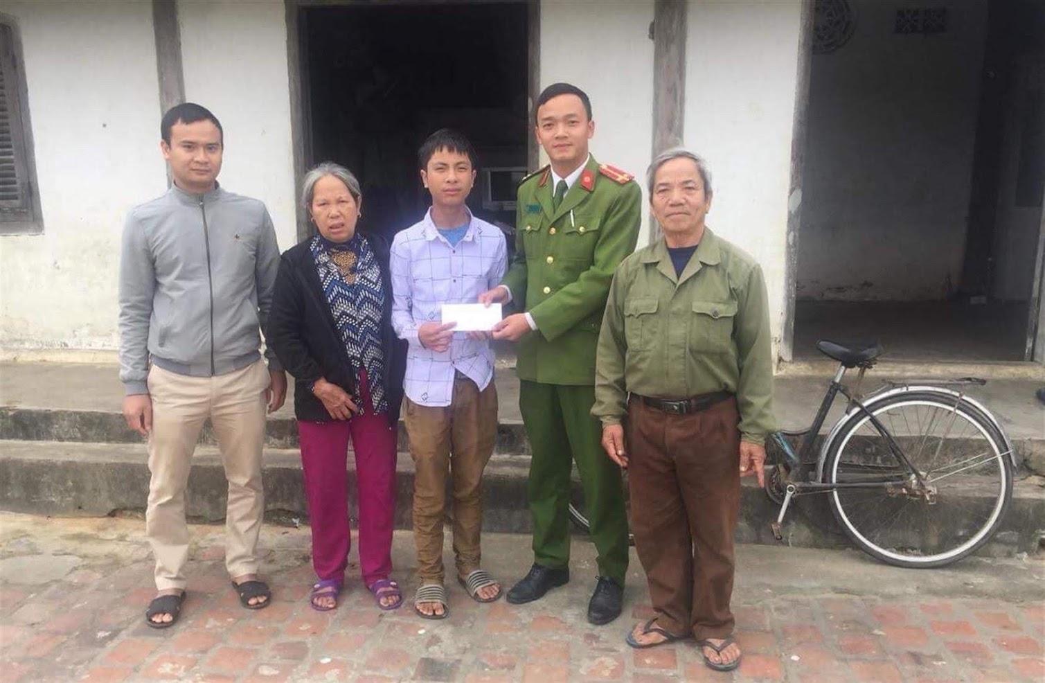 Lực lượng Công an giao cháu Nguyễn Đức Mậu về cho gia đình