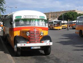 Photo: Paikallisbussi La Vallettassa