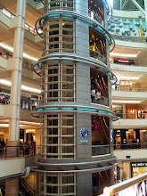"Photo: KL, Petronas Towers, centrum handlowe ""Suria"" / Suria Shopping Center"