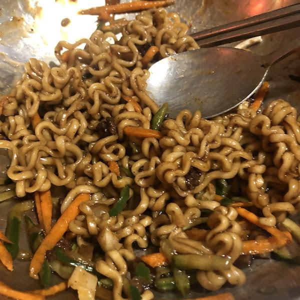超級普通的韓式料理,石鍋拌飯味道超級普通,沒吃過這麼乾燥的拌飯😂 拌飯跟春雞還有紅醬炸雞的辣醬是同一種醬,最扣分的是炸醬麵居然是泡麵😂紅醬炸雞咬下去只有醬的鹹味,咬一口就放下~ 店家應該沒有好好品