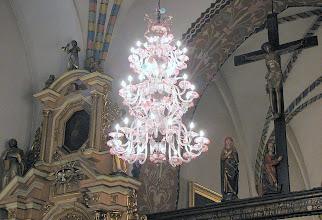 Photo: Barokowy świecznik ze szkła weneckiego z XVIII w. oraz belka tęczowa z Grupą Pasyjną z przełomu XV/XVI w. w średzkiej kolegiacie