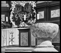 Photo: Der aus dem 13. Jahrhundert stammende Taufstein aus Granit in der Kirche St. Nikolai Wismar.