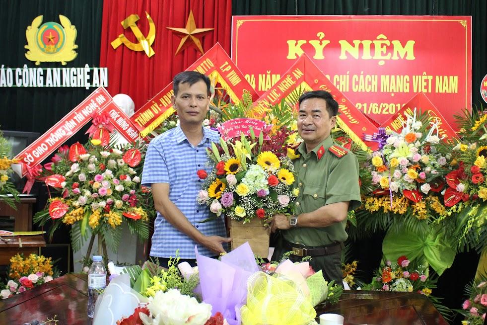 Huyện ủy - HĐND - UBND - UBMTTQ Huyện Tương Dương chúc mừng Báo Công an Nghệ An