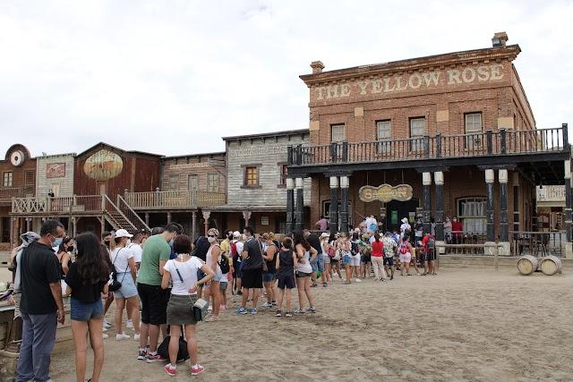 Numeroso público esperando la entrada al Saloon para el baile del Can-Can.
