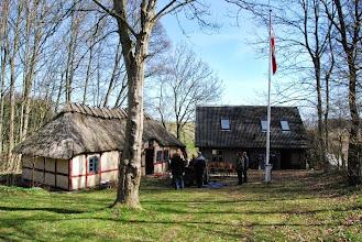 Photo: Kildehuset før...