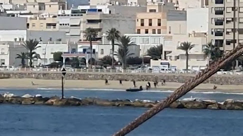 Inmigrantes huyen por la playa de Garrucha.