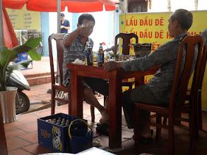 Photo: ... die Herren am Nachbartisch schon beim Abendbier?