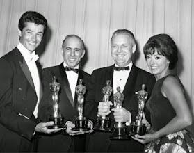 "Photo: George Chakiris, Jerome Robbins, Robert Wise e Rita Moreno com seus Oscars por ""Amor Sublime Amor""."