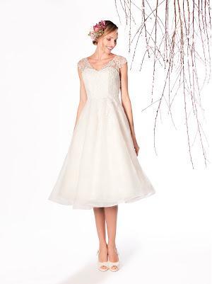 Robe de mariée Epicea, esprit rétro chic, mi-longue, en dentelle et en organza froissé, au col v et avec des petites manches courtes, joli dos nu profond