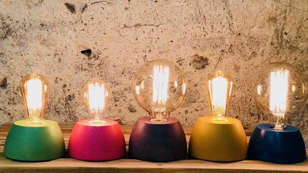 lampe en béton coloré en forme de dôme
