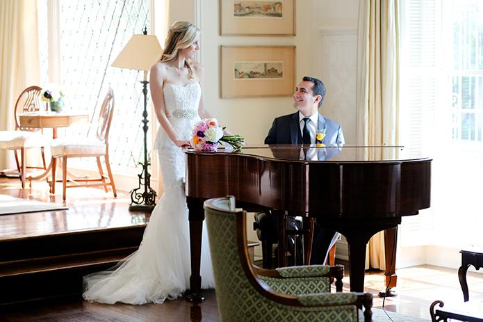 Đàn piano cổ điển trong bộ ảnh cưới tạo nên vẻ đẹp sang trọng và quý phái